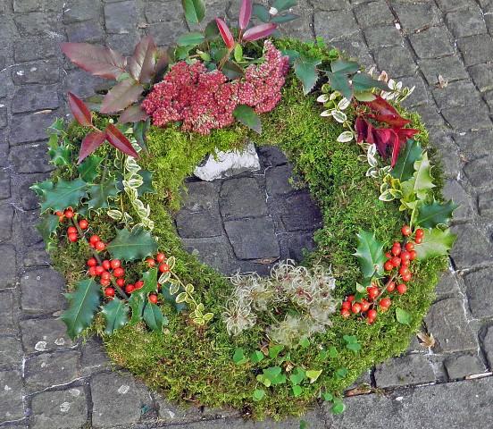 Kranzbinderei in Heimarbeit Material kommt aus dem Garten
